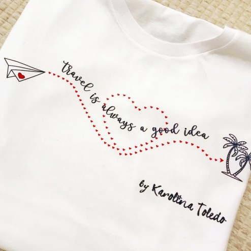 Camiseta Travel is always a good idea de karolina toledo moda de mujer online lowcost