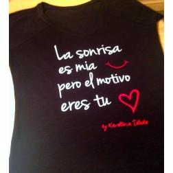 Camiseta La Sonrisa es mía... en color negro de Karolina Toledo